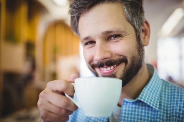 Gelukkige zakenman die koffie hebben bij bureaucafetaria