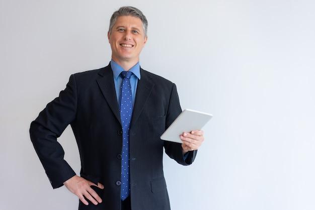 Gelukkige zakenman die van perfecte verbinding geniet