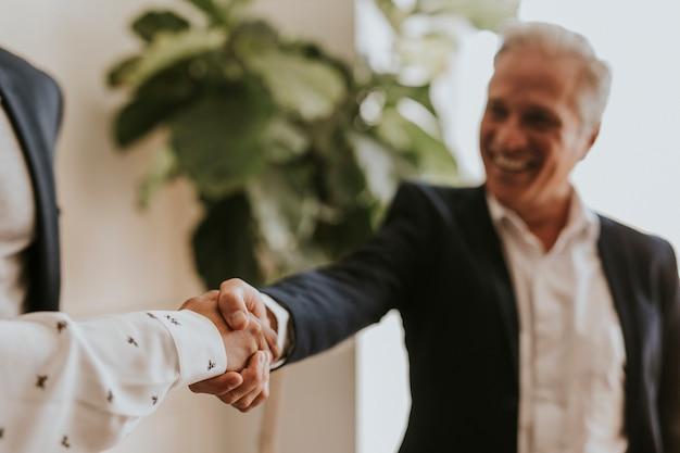 Gelukkige zakenmensen die een deal sluiten