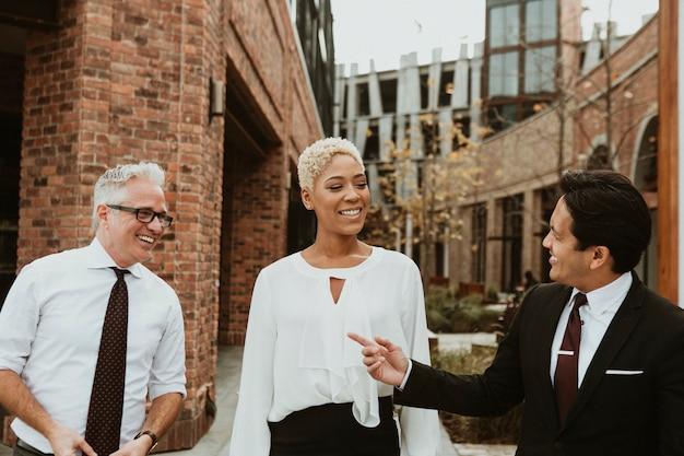 Gelukkige zakenmensen die een gesprek voeren