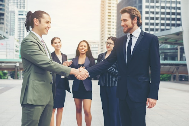 Gelukkige zakenmensen handen schudden. zakelijk succes