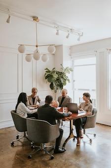 Gelukkige zakenmensen in een vergadering