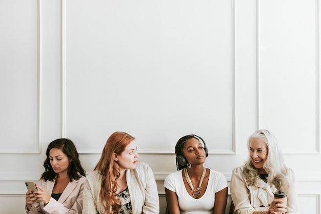 Gelukkige zakenvrouwen die digitale apparaten gebruiken