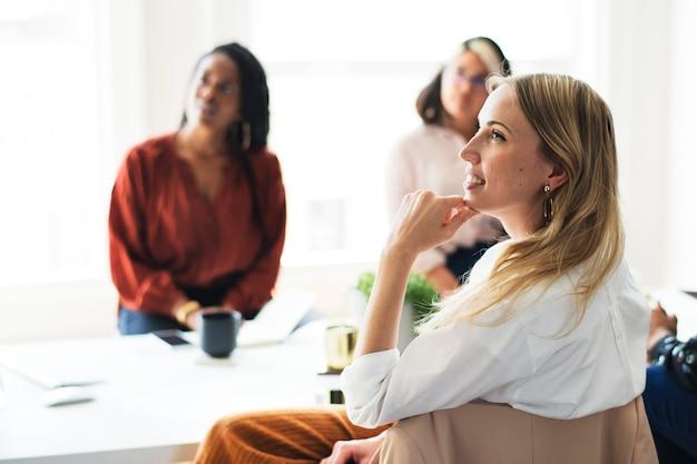 Gelukkige zakenvrouwen in een vergadering