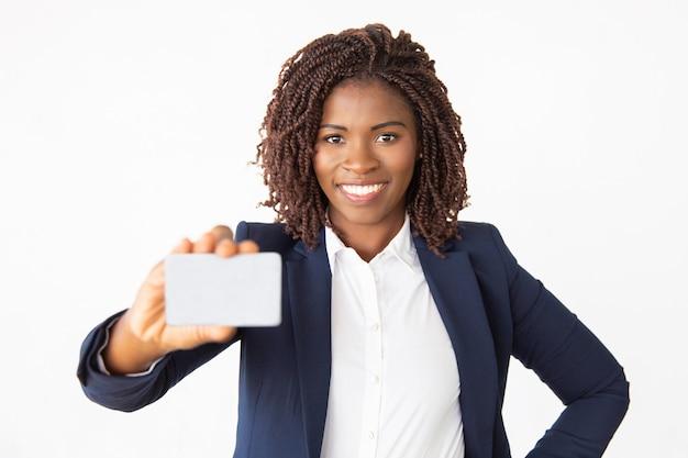 Gelukkige zekere vrouwelijke bankier reclamecreditcard