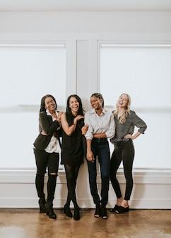 Gelukkige zelfverzekerde zakenvrouwen die samen staan
