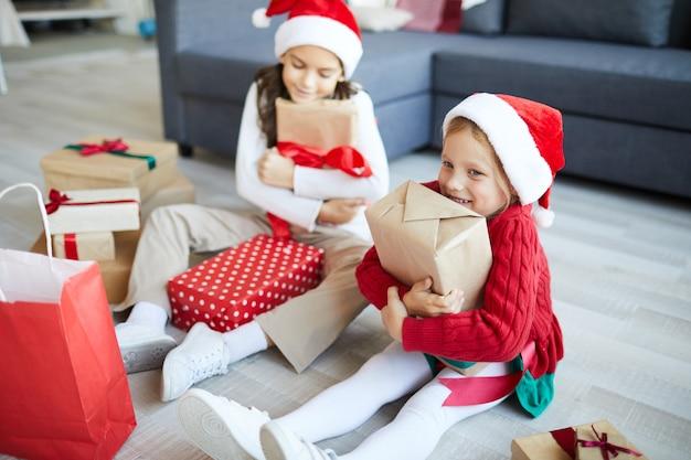 Gelukkige zusters met kerstcadeaus of cadeautjes