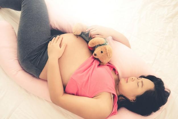 Gelukkige zwangere vrouw en baby verwacht.