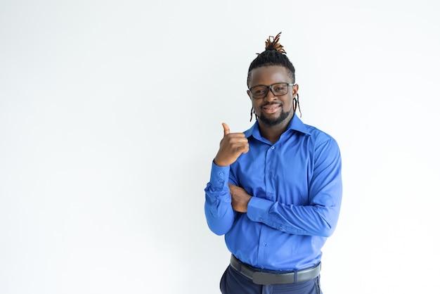 Gelukkige zwarte mens die duim toont en camera bekijkt