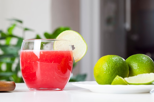 Gemaakt van de pulp van rijp rood watermeloensap, rood watermeloensap in een glas