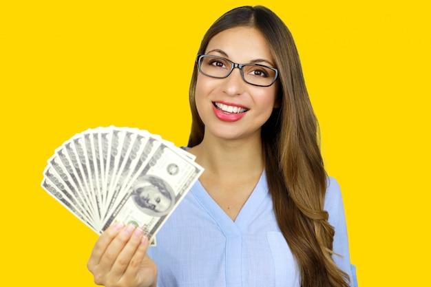 Gemakkelijke lening. glimlachende jonge bedrijfsvrouw die dollars op witte achtergrond toont.