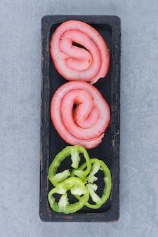 Gemakkelijke snack klaar om te eten. spek en peper.