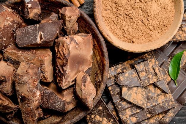 Gemalen chocolade met cacaopoeder. op een houten achtergrond.