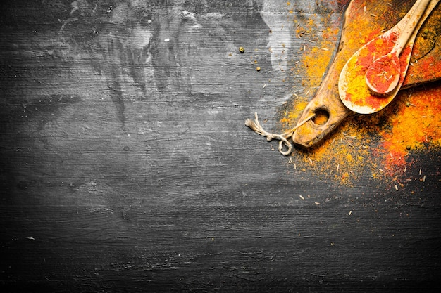 Gemalen indiase kruiden en specerijen in lepels