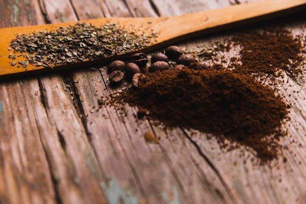 Gemalen koffie in de buurt van specerijen