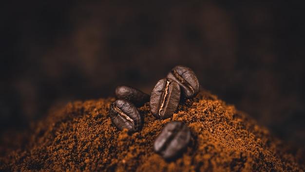 Gemalen koffie in een lepel op de achtergrond