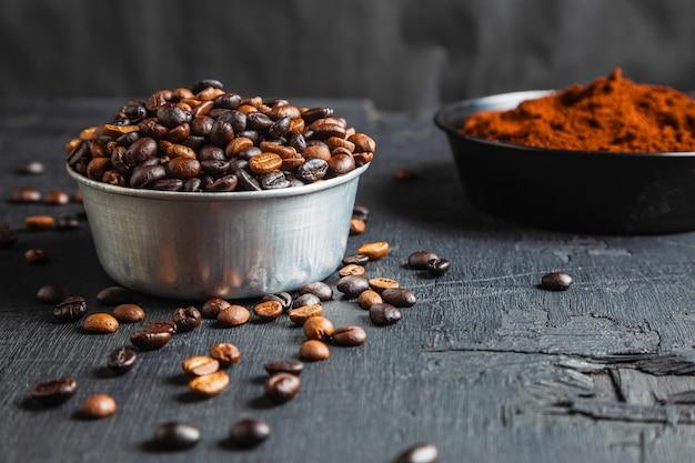 Gemalen koffiepoeder en gebrande koffiebonen