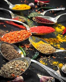 Gemalen kruiden en specerijen in lepels.