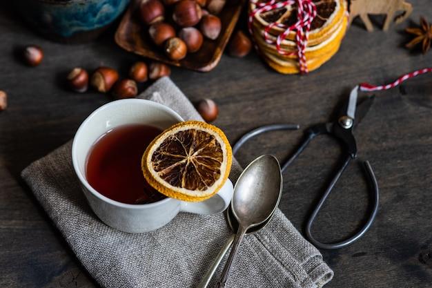 Gemalen of gekruide wijn of gluehwein met sinaasappels, anijs ster, kaneel en bessen op rustieke houten tafel met kopie ruimte