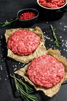 Gemalen rauwe vleespasteitjes. vleespasteitjes klaar om te koken. barbecue feestje. boeren biologisch vlees. bovenaanzicht