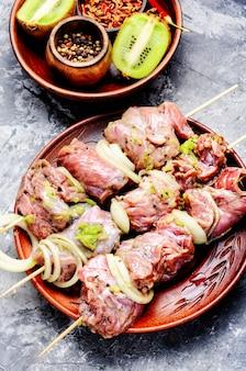 Gemarineerd vlees met uien en kiwi