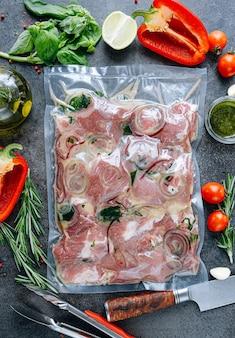 Gemarineerd vlees voor barbecue in vacuümverpakking met marinade.