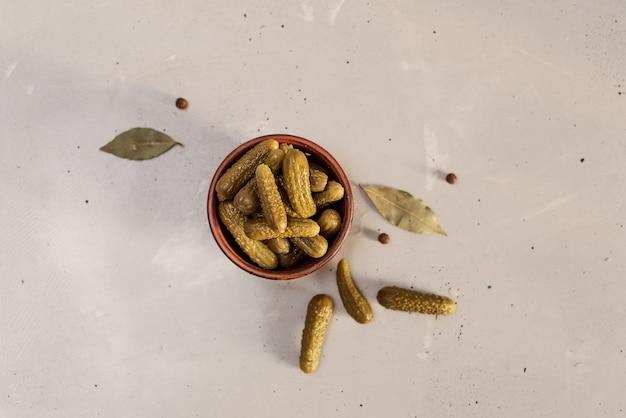 Gemarineerde augurken van komkommer. augurken met mosterd en knoflook op een steen