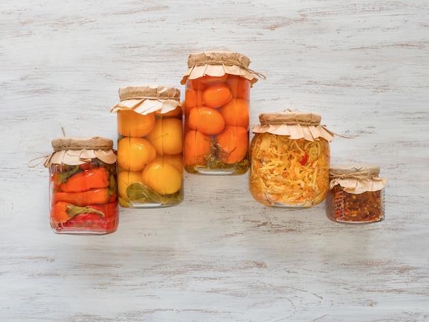 Gemarineerde augurken variëteiten die potten bewaren. gefermenteerde zelfgemaakte gerechten