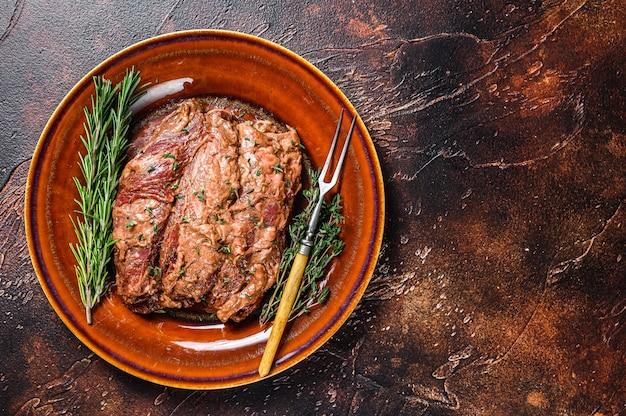 Gemarineerde bavette steaks in bbq-saus op een plata