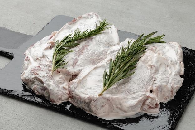 Gemarineerde biefstuk met rozemarijn op zwarte stenen bord