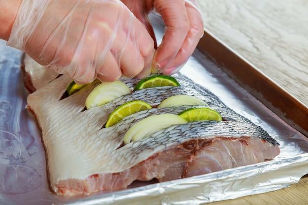 Gemarineerde gefrituurde vis bak met kruiden en citroenfilet in olie met citroen