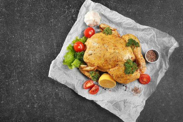 Gemarineerde kip met garnituur op perkament