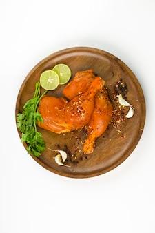 Gemarineerde kippenbout zonder vel gerangschikt in een houten bodem