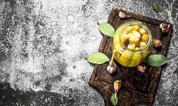 Gemarineerde maïs in glazen pot. op een rustieke achtergrond.