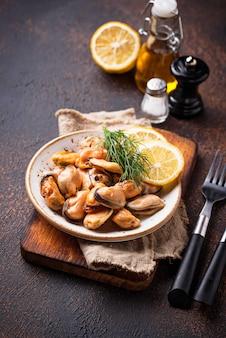 Gemarineerde mosselen met citroen en kruiden