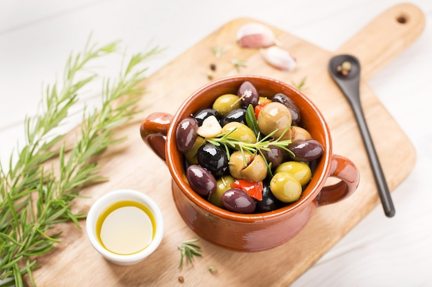 Gemarineerde olijven in kom