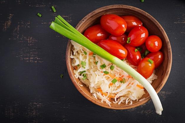 Gemarineerde zuurkool met ingemaakte tomaten en uien. bovenaanzicht