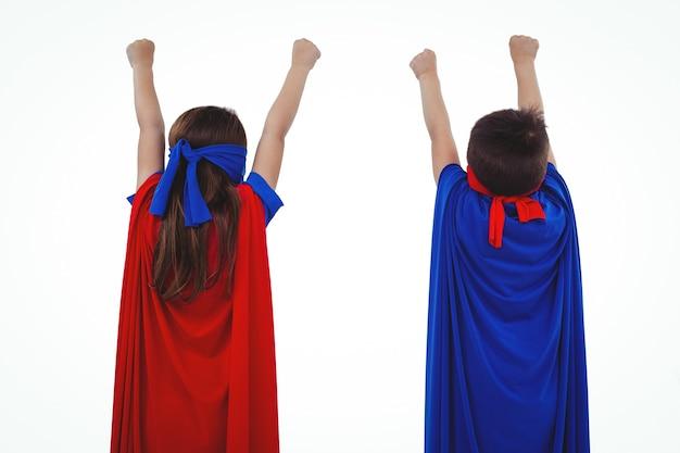 Gemaskerde kinderen die zich voordoen als superhelden