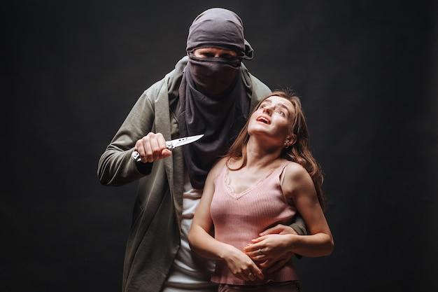 Gemaskerde man bedreigend meisje met mes
