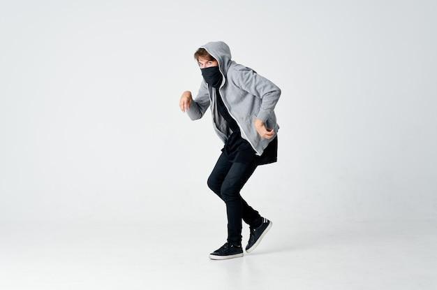 Gemaskerde man met een kap die zijn gezicht verbergt en emoties steelt anonimiteit