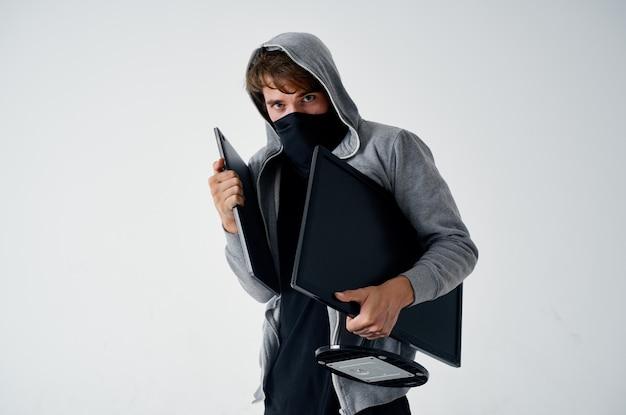 Gemaskerde man met een kap hoofd hacken technologie beveiliging geïsoleerde achtergrond