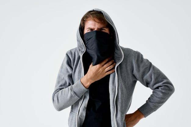 Gemaskerde man met kap anonimiteit diefstal hacking