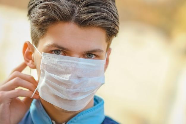 Gemaskerde man van coronavirus en lucht. bescherming tegen pm 2,5 luchtverontreinigd door het virus in europa en azië