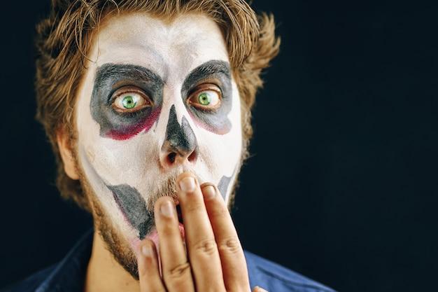 Gemaskerde man van de dag van de dood op halloween