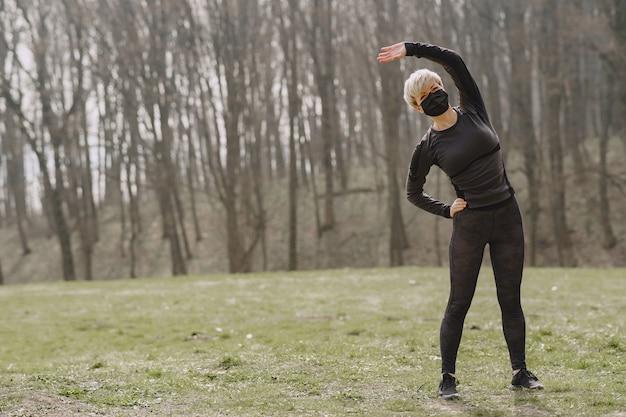 Gemaskerde vrouw training tijdens coronavirus