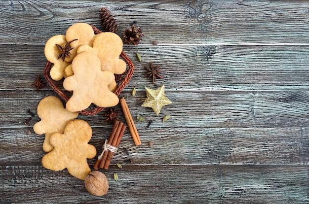 Gember koekjes op een houten tafel met kruiden. peperkoek mannen.