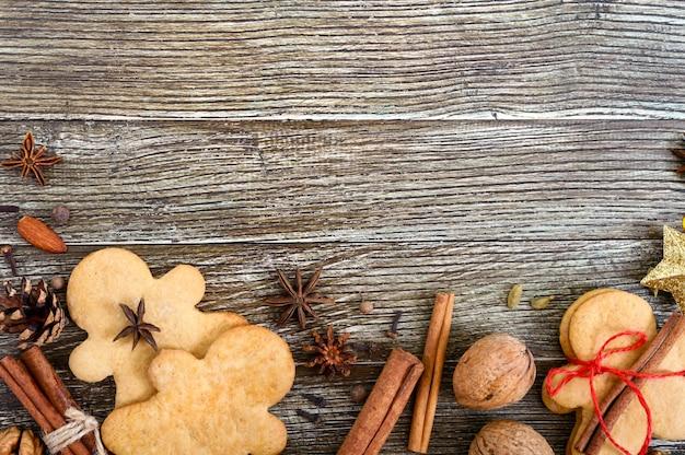 Gember koekjes op een houten tafel met kruiden.