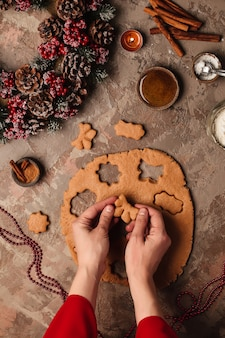 Gember koekjes voor het nieuwe jaar koken. kerstboom op tafel met kaarsen.