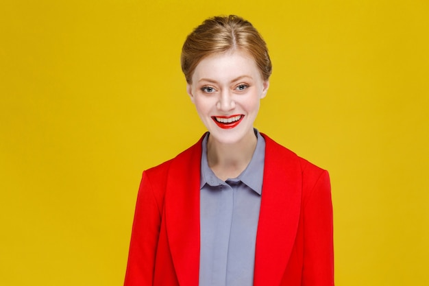 Gember rood hoofdmodel in rood pak toothy smile