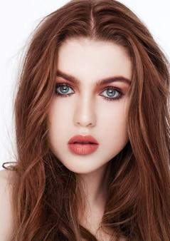 Gember rood lang haar. het portret rode lippen van de manierschoonheid op witte achtergrond